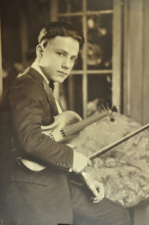 Revelli and his violin, circa 1924.